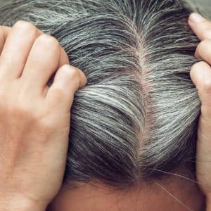 fio de cabelo grisalho